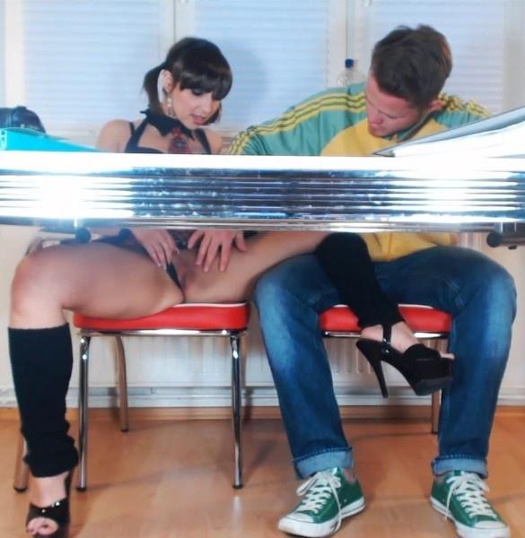 Порно Начала Под Столом